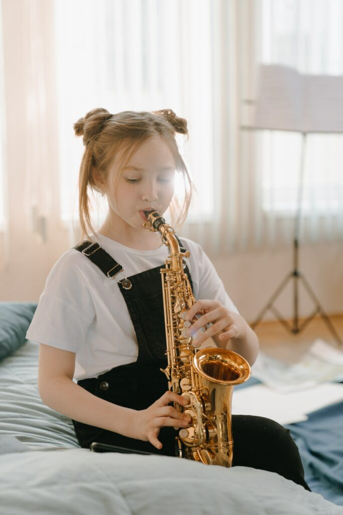 Learning the saxophone is not difficult.
